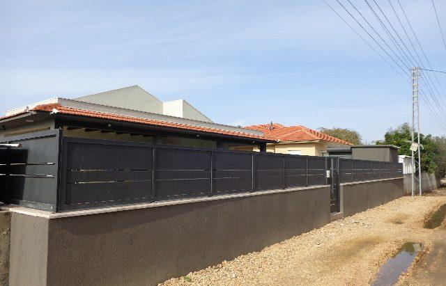 גדר אלומיניום על חומה